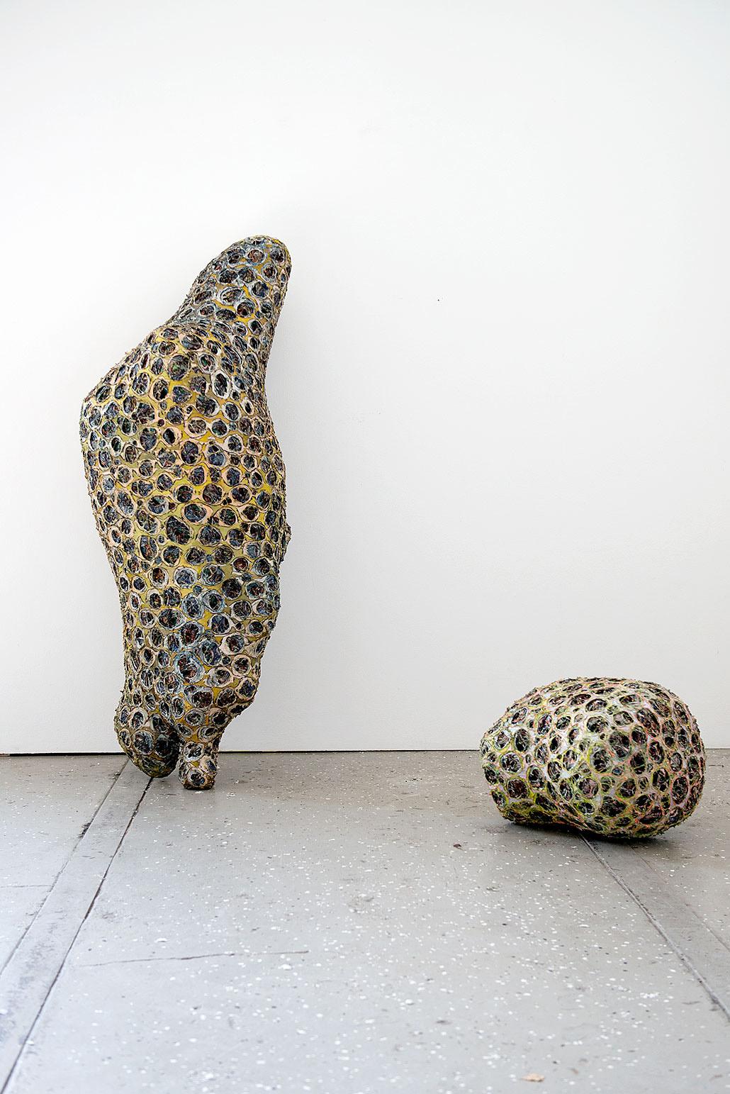 "links: ""Ynot"" 2015; 170 x 60 x 60 cm; rechts: ""Jimba"" 2015; 50 x 50 x 45 cm"